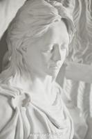 Anioł z krzyżem-angel-nagrobny-kamień-biały-wisnios-1