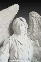 Anioł z krzyżem-angel-nagrobny-kamień-biały-wisnios-2