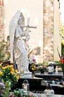 Anioł z krzyżem-angel-nagrobny-kamień-biały-wisnios-8