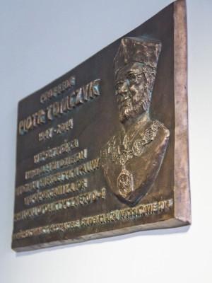 Tablica-pamiatkowa-Prof-Tomczyka-AGH-7